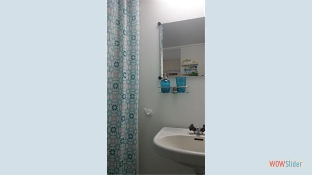 Bad: Duschkabine und Waschbecken